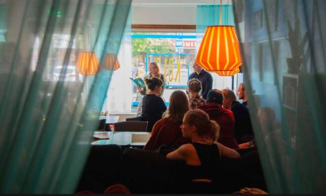 ihmisiä kahvilassa